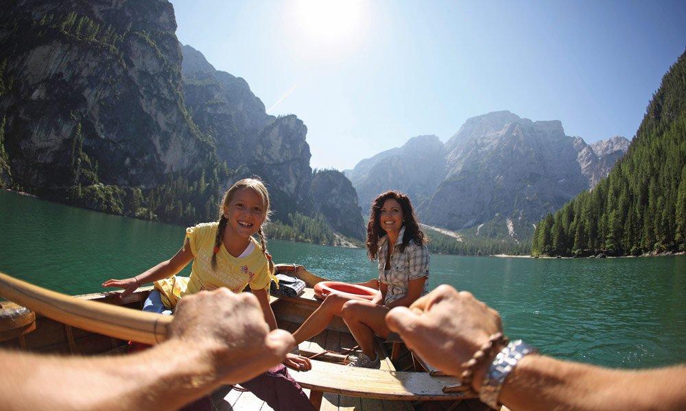 Aktivurlaub in Südtirol - Bootfahren am See